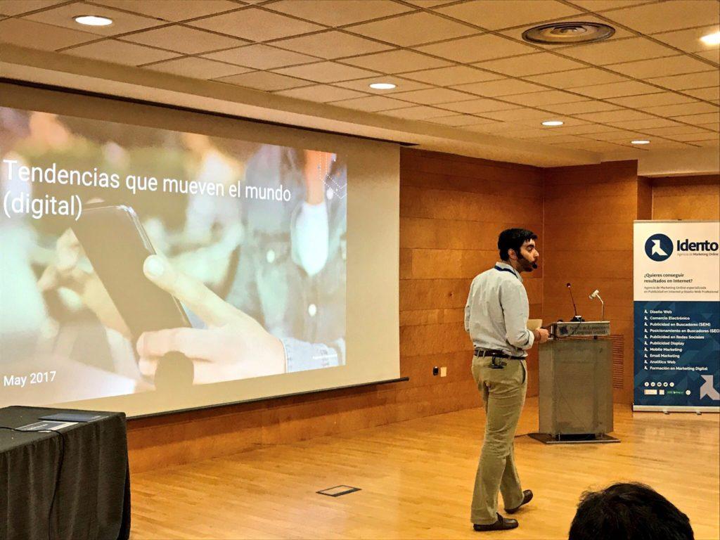 Álvaro Gómez, de Google, hablándonos acerca de las tendencias y novedades que mueven el mundo digital